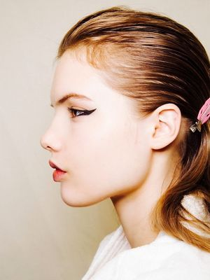 May the Wings of Your Eyeliner Always Be Even (by Using This Trick)