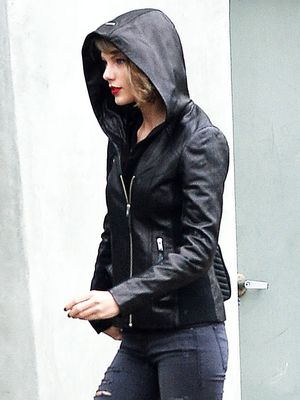 Taylor Swift Shows Us How to Ace Rainy-Day Style
