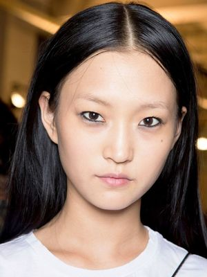 A Clever Beauty Trick for Model-Off-Duty Eyeliner