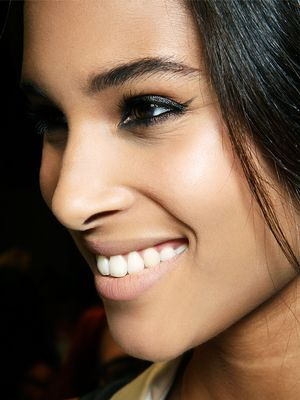 4 Effective Ways to Whiten Your Teeth at Home