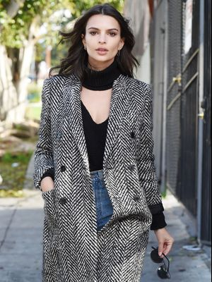 The Super-Sleek Way Emily Ratajkowski Styles Her Boyfriend Jeans