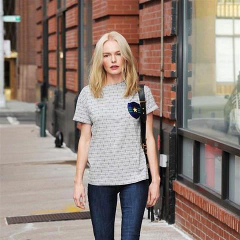 Kate Bosworth wears skinny jeans and slip-on sneakers.
