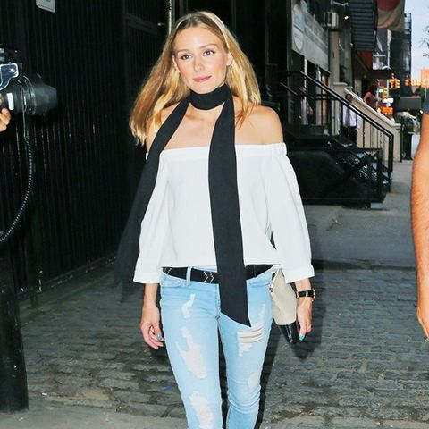 Olivia Palermo wears skinny jeans and flat shoes.