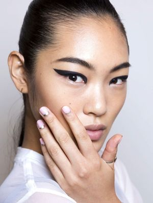 Winged Eyeliner And Half-Moon Nails At Cushnie Et Ochs S/S 2015