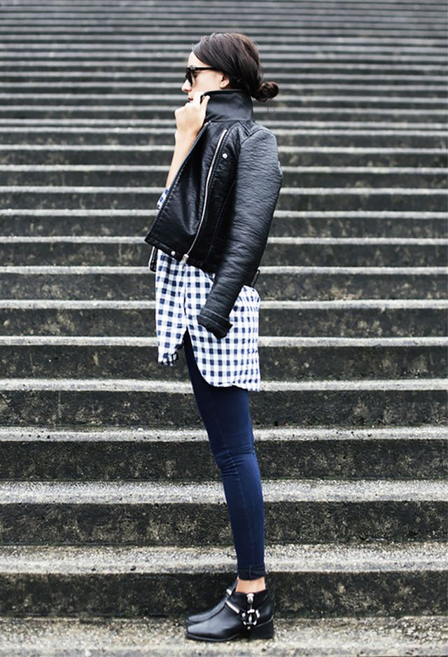 Wearing skinny jeans with ankle boots is a great way to create an unbroken leg line, for a long and lean silhouette, especially when you match your jeans color to the shade of your ankle boots. For the skinniest effect, try wearing a pair of skinny, inky black jeans with black suede or matte black leather ankle boots.