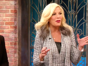 Learn to DIY Tori Spelling's Chic Holiday Mirror
