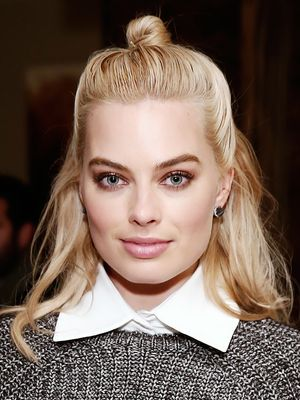 The Trick to Margot Robbie's Cool-Girl Half-Bun