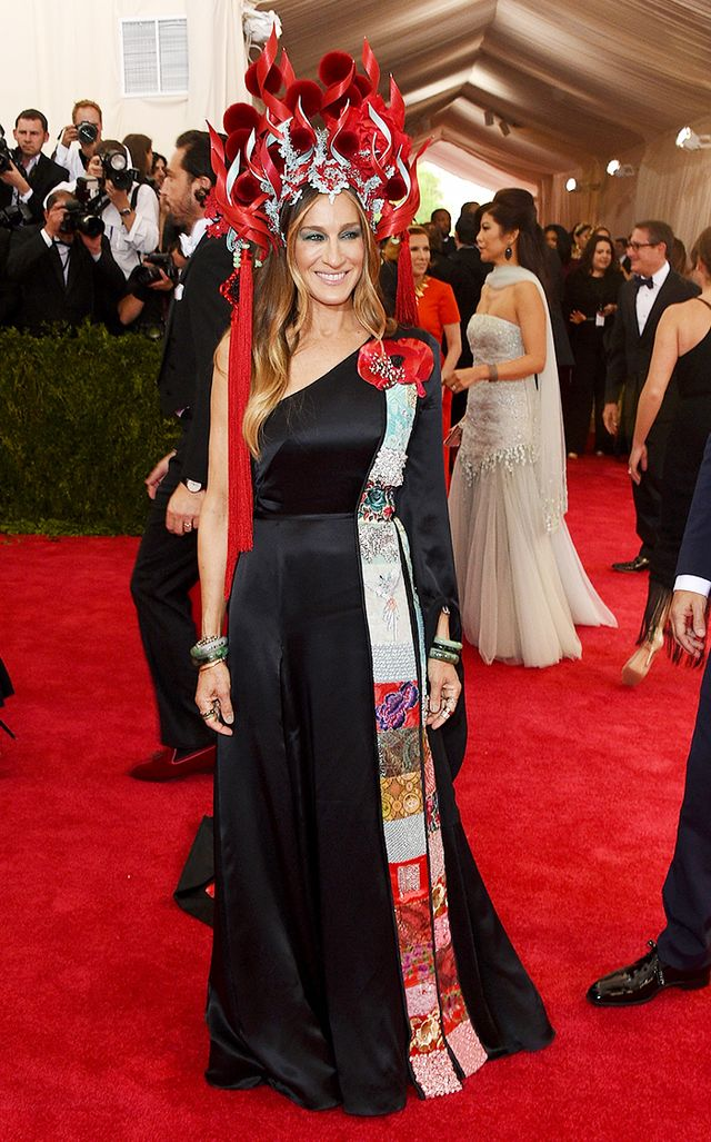 WHO: Sarah Jessica Parker WEAR: Philip Tracey hat; H&M dress; Cindy Chao brooches; Fred Leighton jewelry.