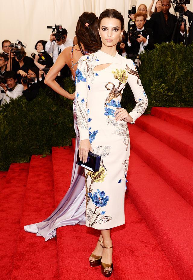 WHO: Emily Ratajkowski WEAR: Topshop bespoke dress; Effy jewelry;Rauwolf clutch; Brian Atwood shoes.