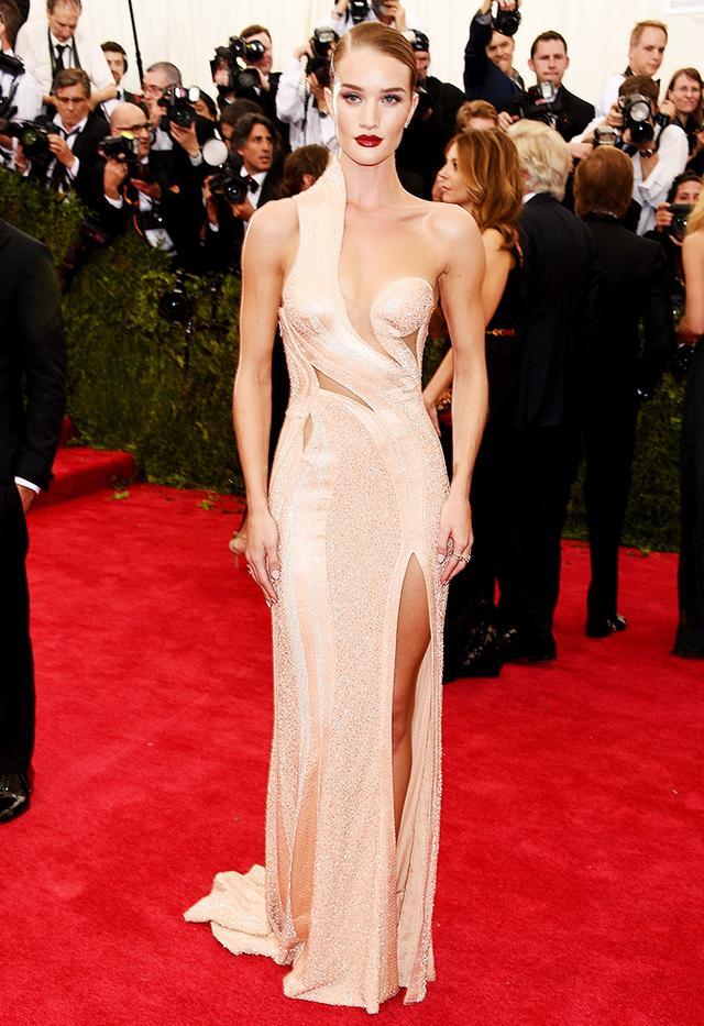 WHO: Rosie Huntington-Whiteley WEAR: Atelier Versace gown.