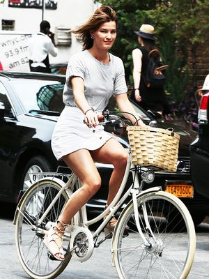 Adorable Bike-Riding Outfits From Jessica Alba, Kirsten Dunst, & More