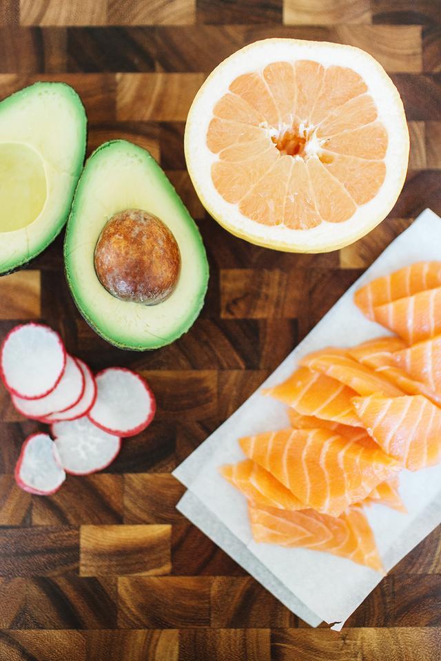 Ingredients  1/2 lb. sushi-grade salmon, thinly sliced  1 avocado, cubed  1 pink grapefruit, cut into segments  1 dandelion  Red radish, sliced  2 tbsp. avocado oil  1 tbsp....