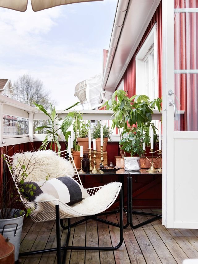 This European flat's patio may be small, sure, but it's also the perfect spot for reading the morning paper.<br />