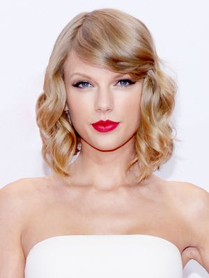 Taylor Swift Goes Brunette, and the Fans Love It