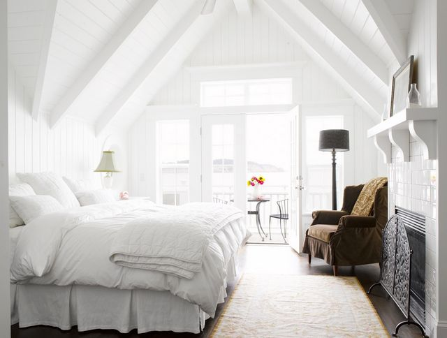 When you're ready to sleep, an all-white bedroom is the perfect sedative. It's free of distractions, so all you need to focus on is snoozing.