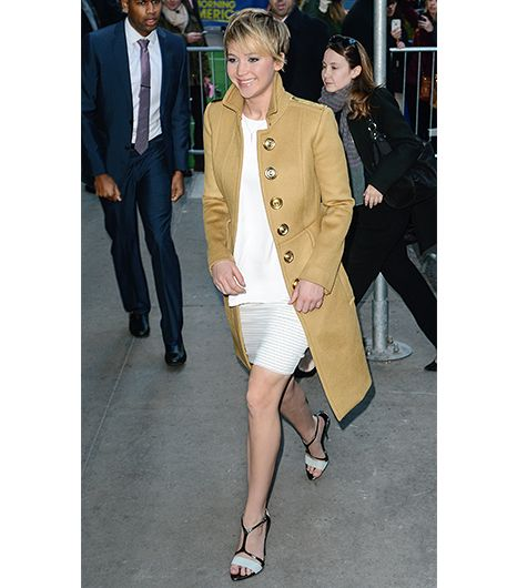 This sharply tailored coat, with its dramatic buttons, is suitable for topping off a minimalist ensemble. 