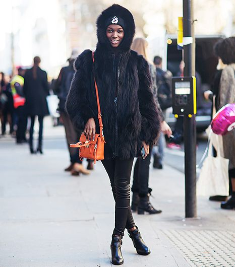 A vibrant tangerine bag against an all-black outfit is like a comet in the night sky. In other words, mesmerizing. 