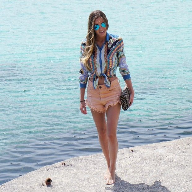 Tatacabral is wearing: Farm shorts, Ray-Ban eyewear, Le Lis Blanc bag, Zara shirt.
