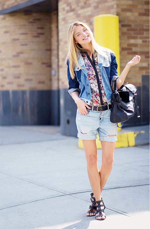 Day 25: Mix multiple shades of denim into your daytime outfit.