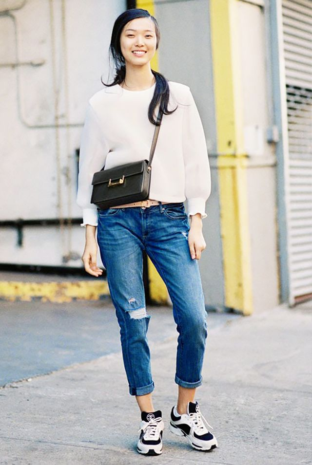 Sweatshirt + Sneaker + Cross-Body Bag = Perfect Outfit For Running Errands